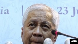 Ngoại trưởng Rosario mô tả bình luận đăng trên một nhật báo Trung Quốc về cuộc tranh chấp lãnh thổ, lãnh hải là cực kỳ thiếu trách nhiệm, khoa trương đi ngược hẳn với lập trường của Philippines, mưu tìm giải pháp dựa trên pháp luật