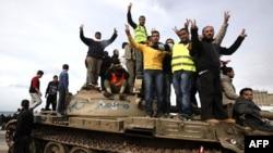 Demonstranti protiv vlade stoje na tenku kraj trga u Bengaziju