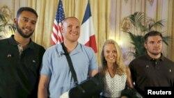 L'a'mbassadeur des Etats-Unis en France, Jane Hartley (2e à droite) présente l'étudiant Anthony Sadler (G), et les soldats américains Spencer Stone (2e à gauche) et Alek Skarlatos, de la garde américaine (à dr.) à l'ambassade américaine à Paris