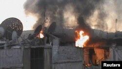 Lửa bốc lên sau pháo kích tại Juret al-Shayah, Homs (18/7/2012)