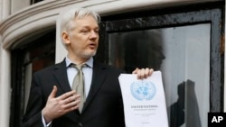 Pendiri WikiLeaks Julian Assange berpidato sembari memegang laporan PBB di London, Inggris. (Foto: dok.)