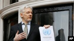 런던 주재 에콰도르 대사관에 머물고 있는 폭로전문 매체 '위키리크스' 설립자 줄리언 어산지가 지난 2월 발코니에 나와서 기자들과 대화하고 있다. (자료사진)
