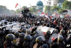 Polisi menahan para mahasiswa agar tidak maju menuju gedung DPRD dalam unjuk rasa di Surabaya, Jawa Timur, 26 September 2019.