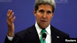 5일, 존 케리 미 국무장관이 인도네시아 발리에서 열린 아시아태평양경제협력체 (APEC) 각료회의에 참석한 뒤 기자회견을 하고 있다.