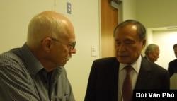 Cựu nhân viên ngoại giao Mỹ ông David Brown và ông Hoàng Đức Nhã (ảnh Bùi Văn Phú)