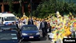 Doček papine povorke nakon sletanja na aerodrom u Jangonu, REUTERS/Soe Zeya Tun