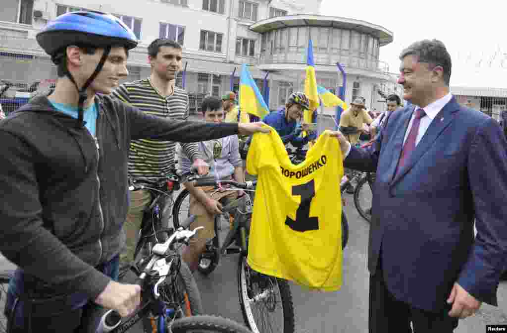 Ukrainian businessman, politician and presidential candidate Petro Poroshenko (right) meets supporters during his election campaign, in Odessa, May 21, 2014.