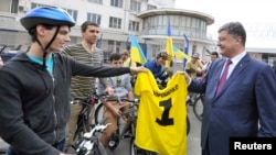 Petro Poroshenko (R) accepts a gift from supporters during his election campaign in Odessa May 21, 2014.