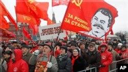 俄羅斯共產黨的支持者星期天在莫斯科克裡姆林宮附近舉行集會