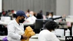 Radnici u Detroitu broje glasove poštom posle predsedničkih izbora, 4. novembra 2020.
