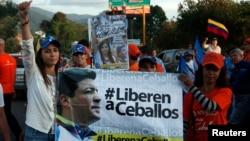 Patricia de Ceballos, izquierda, pide la libertad de su esposo y exalcalde, Daniel Ceballos. Patricia fue elegida posteriormente para sustituir a su esposo en la alcaldía de San Cristóbal.