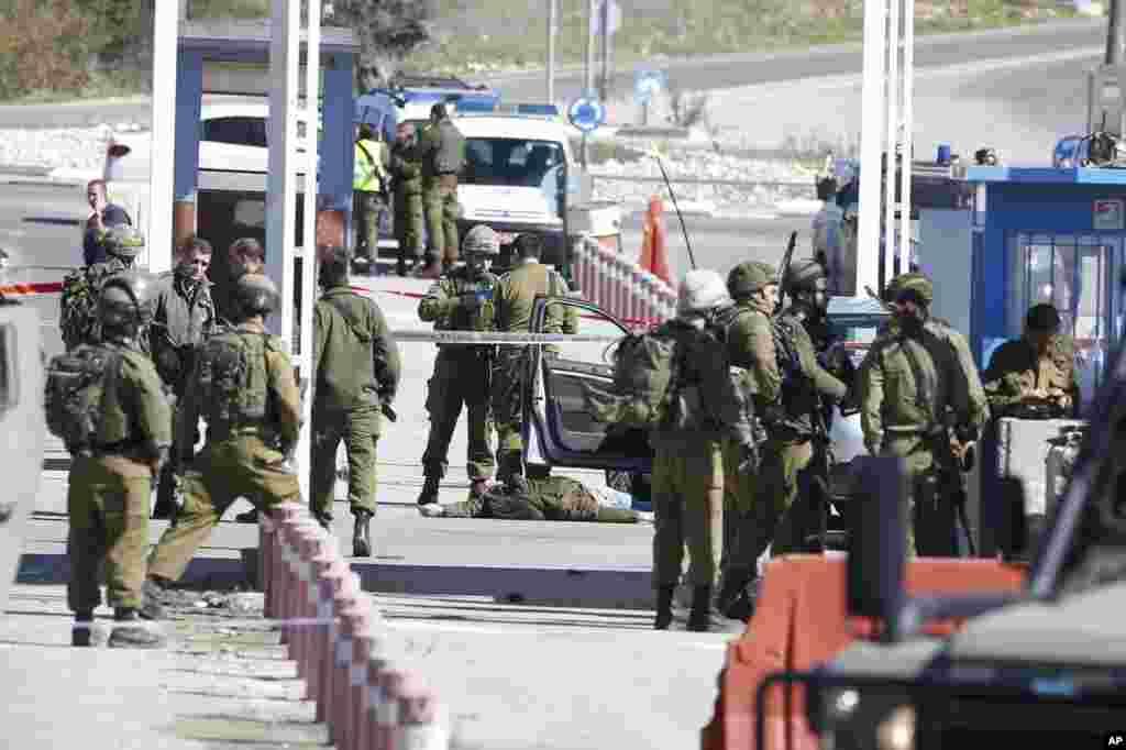 កងកម្លាំងសន្តិសុខរបស់អ៊ីស្រាអែលពិនិត្យសាកសពរបស់ជនប៉ាឡេស្ទីនម្នាក់ដែលត្រូវបានគេដឹងថាឈ្មោះ Amjad Sukkari នៅប៉ុស្តិ៍ត្រួតពិនិត្យមួយរវាងក្រុង Ramallah និងក្រុង Beit El ដែលជាកន្លែងសម្បូរជនជាតិជ្វីបរស់នៅ។ យោធាអ៊ីស្រាអែលបាននិយាយថា ជនឈ្មោះ Sukkari បានបើកការវាយប្រហារនៅប៉ុស្តិ៍ត្រួតពិនិត្យក្នុងតំបន់ West Bank នេះ ហើយបានធ្វើឲ្យមនុស្ស៣នាក់រងរបួស។