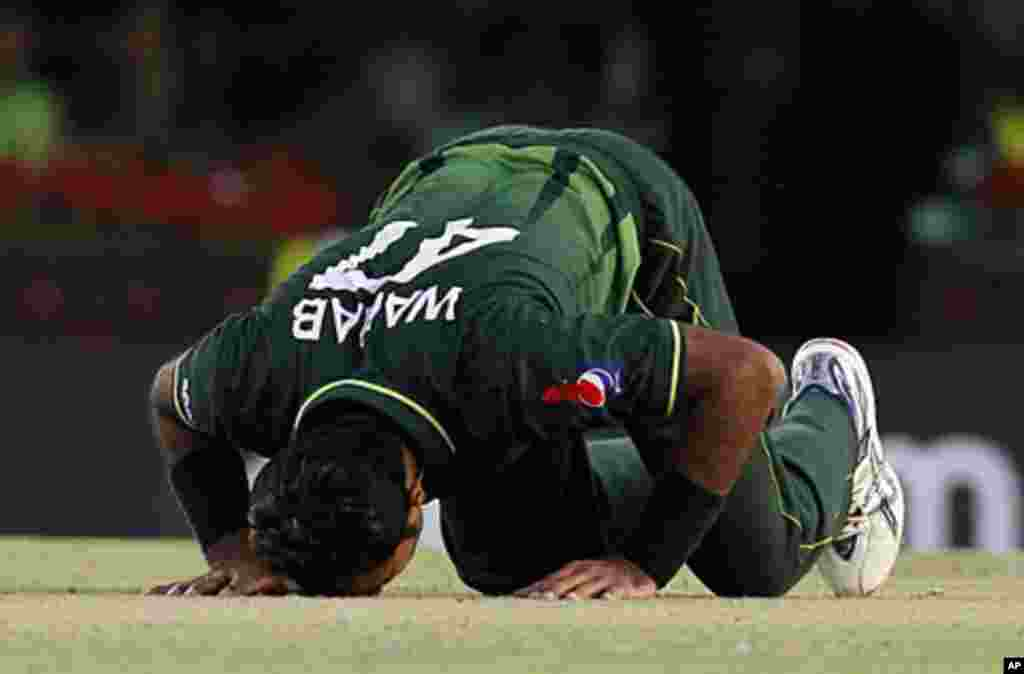 Pakistan's Wahab Riaz bows down on the ground after taking the wicket of India's Zaheer Khan, March 30, 2011.