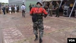 中國俄羅斯不斷擴大軍事合作。一名中國士兵2015年8月在俄羅斯舉行的軍事比賽活動上。