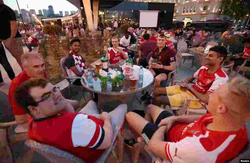 شهر باکو پایتخت آذربایجان میزبان بازی چهارشنبه شبفینال لیگ اروپا بین آرسنال و چلسی هر دو از انگلیس بود. تماشاگران آرسنالی در یک میکده پیش از آغاز بازی.