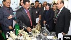 Các đại biểu dự Diễn đàn 3R xem các chiếc xe đồ chơi làm từ vật liệu tái chế