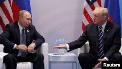 Tổng thống Donald Trump và Tổng thống Nga Vadimir Putin trong cuộc họp song phương tại Hội nghị Thưởng đỉnh G20 ở Hamburg, Đức, ngày 7/7/2017.