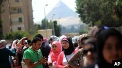 Para pemilih Mesir antri untuk memberikan suara di Giza, Senin (26/5).
