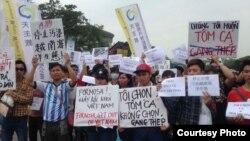 Công nhân Việt Nam tại Đài Loan xuống đường biểu tình về vụ cá chết hàng loạt ở các tỉnh miền Trung.