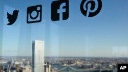 Logo-logo jaringan media sosial, dari kiri, Twitter, Instagram, Facebook dan Pinterest.