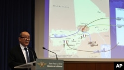 12일 기자회견에서 말리에서 작전 중인 프랑스 군에 대해 설명하는 르 드리앙 국방장관.