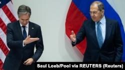 Antoni Blinken (L) i Sergej Lavrov (D) tokom susreta u Rejkjaviku (Foto: Saul Loeb/Pool via REUTERS)