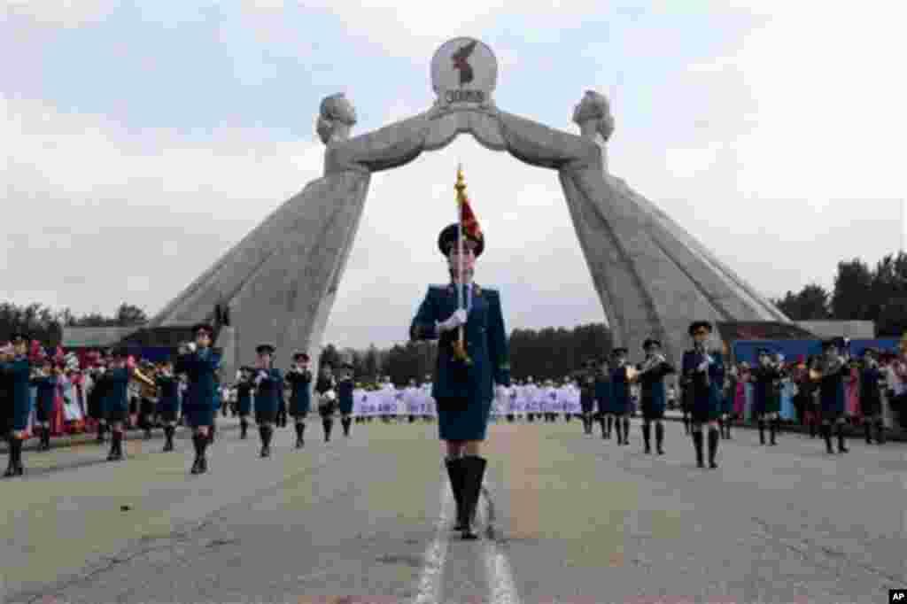 24일 평양 조국통일3대헌장기념탑 앞에서 정전 60주념 기념 국제평화대행진이 열린 가운데, 북한군 군악대가 행진하고 있다.