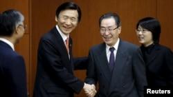 2016年2月29日中国朝鲜核问题特使武大伟(右二)在韩国首尔与韩国外长尹炳世举行会谈