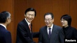 中國的北韓核問題特使武大偉(左)2月29日在南韓首爾與南韓外長尹炳世。