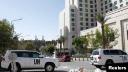 联合国车辆停在禁止化武组织检查员下榻的大马士革市中心的四季酒店前。(2013年10月21日)