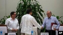 Humberto de La Calle (phải), trưởng đoàn đàm phán của chính phủ Colombia, bắt tay Ivan Marquez, quan chức đàm phán trưởng của FARC, trong khi Bộ trưởng Ngoại giao Cuba Bruno Rodriguez đứng nhìn, ở Havana, Cuba, ngày 12 tháng 11, 2016.