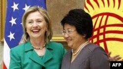 Ngoại trưởng Hoa Kỳ Hillary Clinton (trái) và Tổng thống Kyrgyzstan Secretary Roza Otunbayeva (phải) tại Bishkek, ngày 2/12/2010
