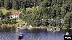 Para korban selamat Norwegia melakukan kunjungan ke tempat wisata di Pulau Utoeya, di mana insiden penembakan terjadi (20/8).