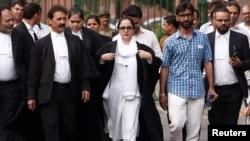 آصفہ کے خاندان کی وکیل دیپکا سنگھ راجاوت پٹیشن فائل کرکے نئی دہلی میں بھارتی سپریم کورٹ سے باہر آتے ہوئے۔ 16 اپریل 2018