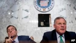 Сенатор-республіканець Річард Берр (праворуч) та сенатор-демократ Марк Ворнер