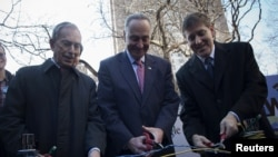 New York Belediye Başkanı Michael Bloomberg ve New York Senatörü Chuck Schumer sembolik olarak makasla kurdele yerine keskiyle kablo kesiyor