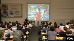 '평양의 시간은 서울의 시간과 함께 흐른다'의 저자 진천규 기자가 8일 열린 강연회에서 북한 주민들의 일상에 대해 설명하고 있다.