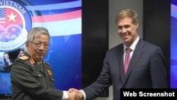 Thượng tướng Nguyễn Chí Vịnh, Thứ Trưởng Bộ Quốc phòng Việt Nam và Trợ lý Bộ trưởng Quốc phòng Hoa Kỳ phụ trách khu vực Đông và Đông Nam Á (Ảnh VNA)