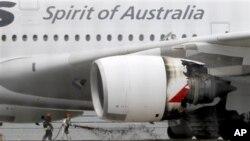 ເຈົ້າໜ້າທີ່ດັບເພີງ ກໍາລັງມອດໄຟທີ່ໄໝ້ເຮືອບິນໂດຍສານ ແອຣ໌ບັສ A-380 ຂອງ Qantas ທີ່ບັນທຸກຜູ້ໂດຍ ສານ 459 ຄົນ ແລະໄດ້ລົງຈອດຢ່າງກະທັນຫັນທີ່ສະໜາມບິນສາກົນ Changi ຂອງສິງກະໂປ ໃນວັນພະຫັດ ທີ 4 ພະຈິກ, 2010 ນີ້ ຍ້ອນເຄື່ອງຈັກມີບັນຫາ. (AP Photo/Wong Maye-E)