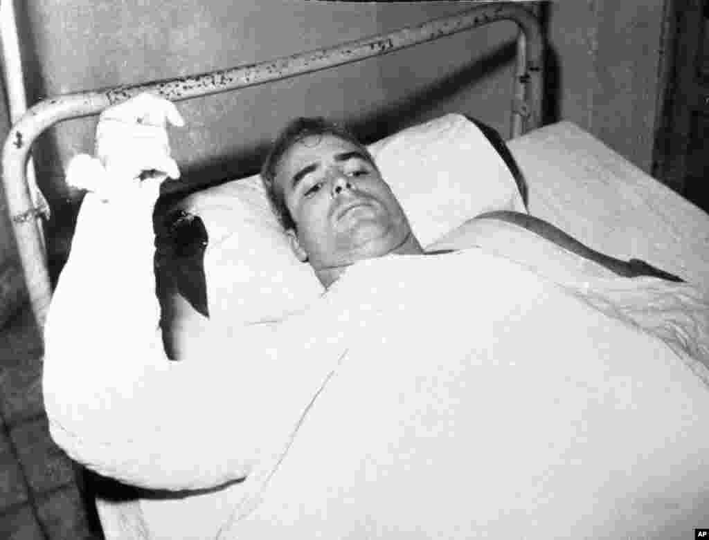 Kumbukumbu: John McCain wakati alipojeruhiwa akitumikia Jeshi la majini la Marekani huko Vietnam Kaskazini.