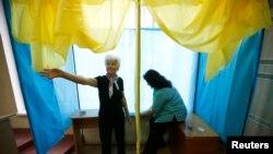 Nhân viên Ủy ban Bầu cử chuẩn bị tại một điểm bỏ phiếu ở Kiev, ngày 24 tháng 5, 2014.