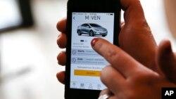 Seorang pelanggan menggunakan aplikasi Maven pada smartphone (foto: ilustrasi).
