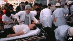 Nhân viên y tế và nạn nhân tại hiện trường vụ tấn công bằng chất độc thần kinh năm 1995.