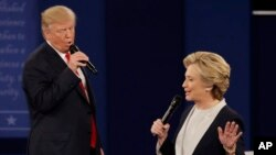 Ông Trump và bà Clinton trong cuộc tranh luận tổng thống lần thứ 2 ở Đại học Washington, St. Louis, ngày 9 tháng 10 năm 2016.