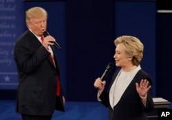 美国共和党总统候选人唐纳德·川普和民主党总统候选人希拉里·克林顿在第二次总统候选人辩论中(2016年10月9日)
