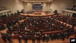 """En el Parlamento de Irak se debate este 30 de enero, el veto firmado por la Casa Blanca. Han pedido una """"medida de reciprocidad"""", prohibiendo a los estadounidenses entrar a los países árabes. Con frecuencia los legisladores del grupo asisten a una sesión en Bagdad para discutir este tipo de temas."""