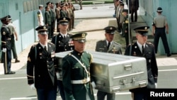 지난 1998년 7월 유엔사 경비대가 경기도 파주 판문점 군사분계선에서 북한군으로부터 넘겨 받은 미군 유해를 운구하고 있다.