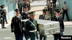 지난 1998년 7월 유엔사 경비대가 경기도 파주 판문점 군사분계선에서 북한군으로부터 넘겨 받은 미군 유해를 운구하고 있다. (자료사진)
