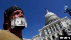 John Zangas, federalni uposlenik, prosvjeduje protiv zatvaranja vladinih ureda, Washington, 2. oktobar, 2013