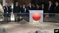 日本首相安倍晉三(左3)在紀念廣島原子彈爆炸博物館。